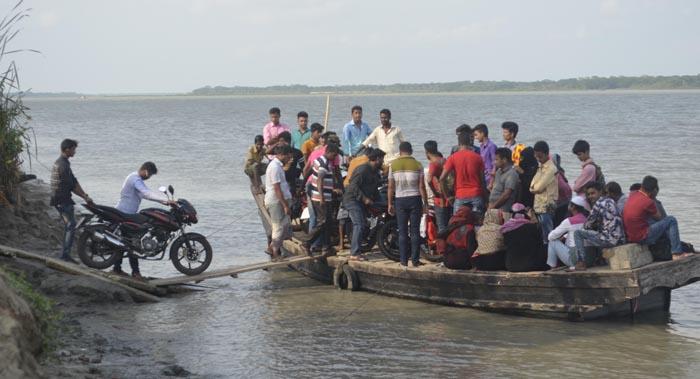 বরগুনায় ঝুঁকি নিয়ে যাত্রীদের নদী পারাপার