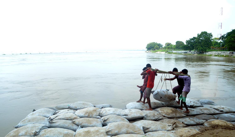 রাজশাহীতে পদ্মার ভাঙন রোধে জিও ব্যাগ ফেলছেন শ্রমিকরা।...
