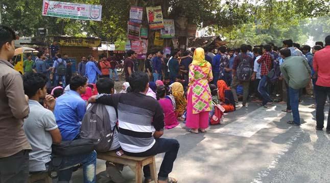 ছাত্রকে মারধর করায় হাবিপ্রবি'র সামনে সড়ক অবরোধ