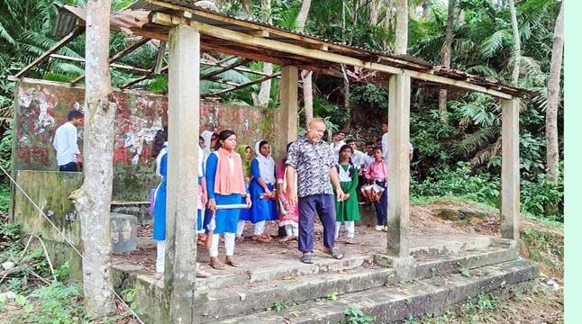 ভাঙা যাত্রীছাউনিতে ভোগান্তিতে শিক্ষার্থীরা