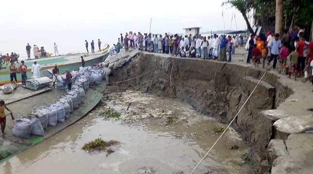 নদীপাড়ে মুসল্লিদের নামাজ