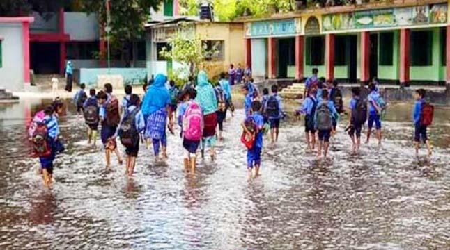 স্কুল মাঠে নর্দমার পানি