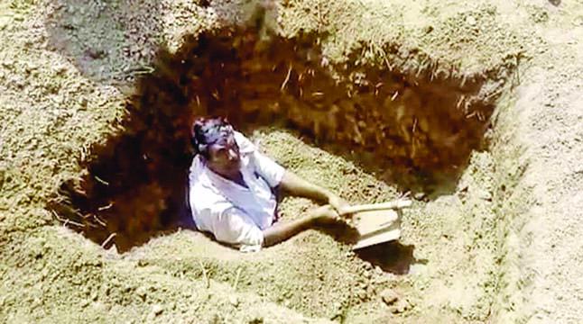 নিজেকেই কবর দিলেন কৃষক