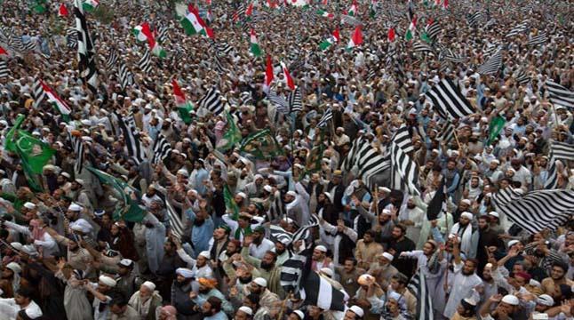 ইমরানের পদত্যাগ দাবিতে উত্তাল পাকিস্তান