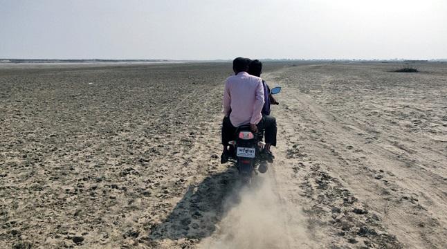 দুর্গম পদ্মার চরে ভরসা ভাড়ায় চালিত মোটরসাইকেল