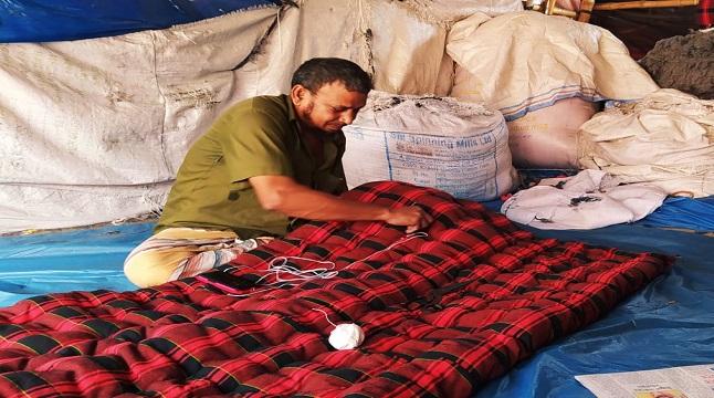 তানোরে লেপ-তোশক তৈরিতে ব্যস্ত কারিগর