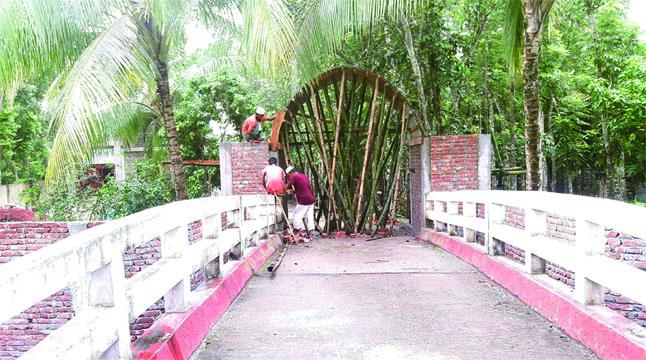 সরকারি সেতুতে গেট বানাচ্ছেন আ.লীগ নেতা