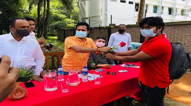 শিক্ষার্থীদের সাদরে বরণ করে নিল জাবি কর্তৃপক্ষ