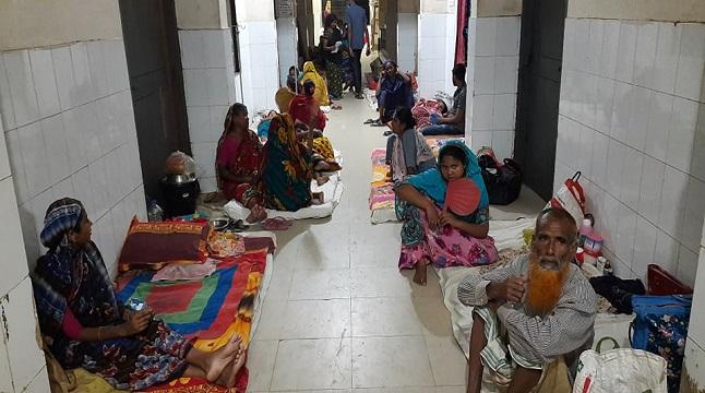 সিরাজগঞ্জে বাড়ছে শিশু রোগী, মেঝেতেই চলছে চিকিৎসা