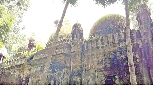 ঐতিহ্য হারাচ্ছে তিন গম্বুজ মসজিদ