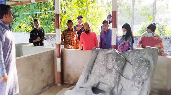 ছাগলনাইয়ায় রহস্যঘেরা শিলা পাথর দেখতে আসছেন পর্যটকেরা