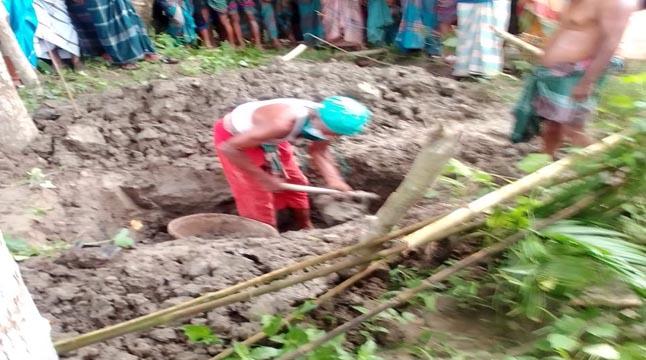 নোয়াখালীতে মৃত্যুর ৪ মাস পর গৃহবধূর লাশ উত্তোলন