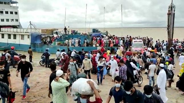 বিধিনিষেধ উপেক্ষা করে ফেরিতে চাপ বেড়েছে যাত্রী-যানবাহনের